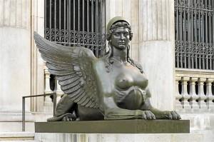 Escultura de las escalinatas del Museo Arqueológico. / Foto: Alejandro