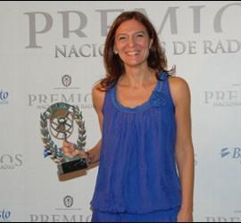 Con su Premio Nacional de la Radio. / Foto: elcuadernodevicio.blogspot.com