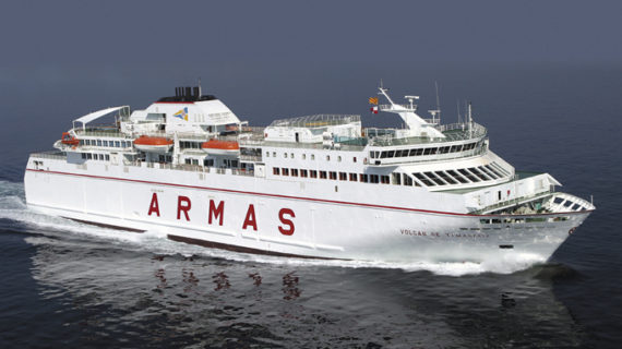 Un ferry rescata a los dos tripulantes de un pesquero que se hundía en aguas de Gran Canaria