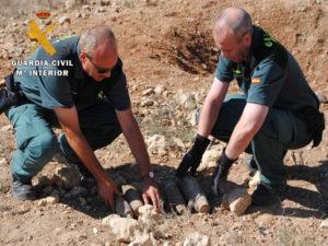 Los agentes retiran los explosivos. / Foto: Guardia Civil