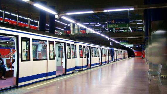 Ponen fácil a los viajeros del tubo de Madrid colaborar con 12 ONG durante diciembre