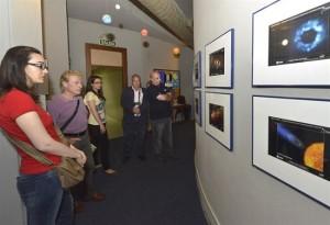 Un grupo de personas visitando el planetario.