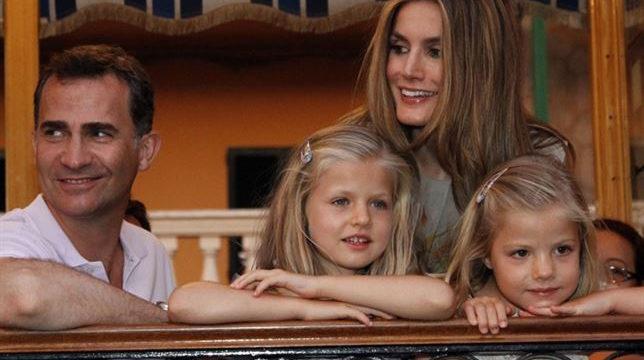 Los Reyes y sus hijas llegan a Mallorca donde inician su agenda estival