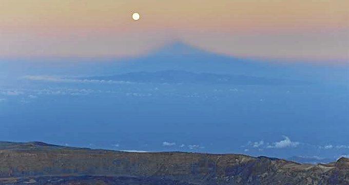 La SuperLuna deja una bella estampa en las Islas Canarias