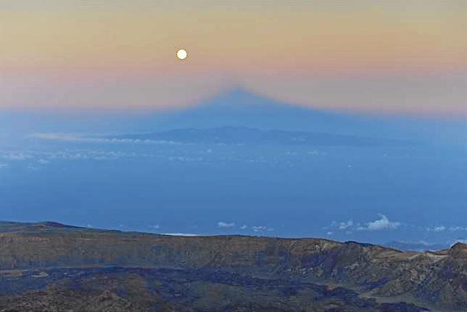 La súperluna sobre el Teide. / Foto: Gullermo Pozuelo