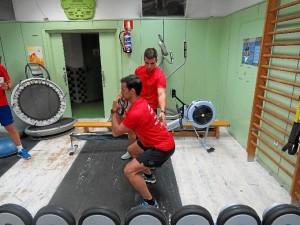 Giménez explicando un ejercicio con Ortiz como modelo de ejecución.