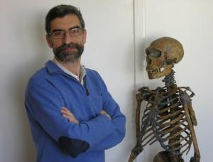 Antonio Rosas, profesor de Investigación del CSIC, junto a un esqueleto de neandertal.