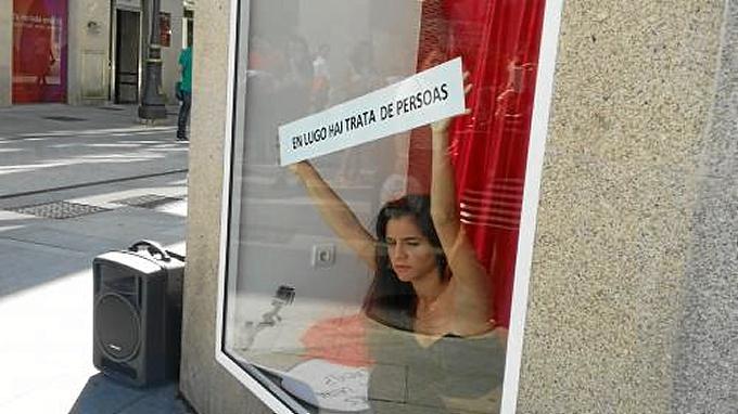 La actriz en un escaparate de Lugo. / Foto: Fundación TIC