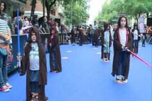 El ejército de pequeños jedi en la calle Fuencarral./Foto: Europa Press.