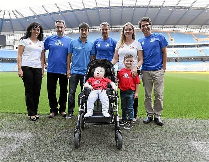 Silva con el pequeño y su familia. / Foto: Europa Press