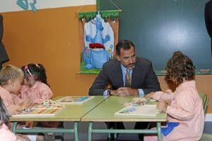 Felipe VI charla con los niños. / Foto: Casa Real