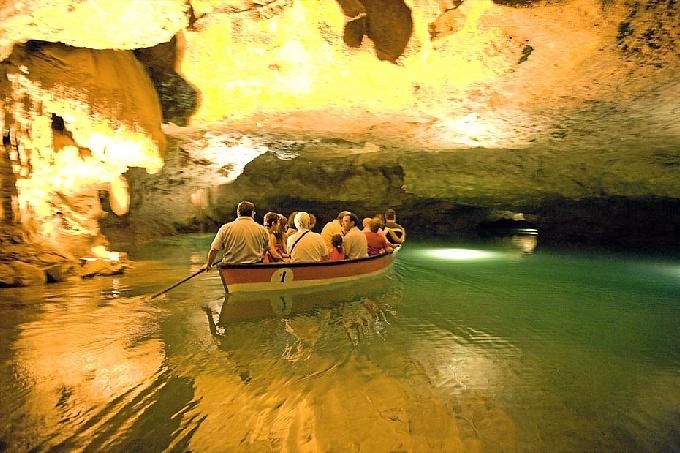 El río puede recorrerse en barca durante casi dos kilómetros. / Foto: www.riosubterraneo.com