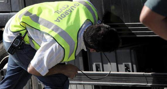 La Guardia Civil intercepta en Murgia un coche con 422.510 euros ocultos en el equipaje