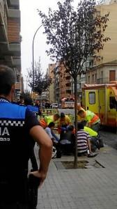 Una de las personas heridas por el detenida es atendida por los servicios sanitarios. / Foto: Europa Press.