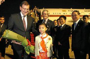 Rajoy es recibido por las autoridades a su llegada a China. / Foto: Moncloa.