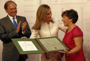 La Reina entrega el galardón a Carmen del Riego en presencia del presidente del Senado. / Foto: Casa Real