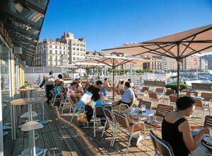 Los turistas consumen en una terraza. / Foto: Europa Press