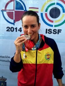 Fátima Gálvez, feliz con su medalla. / Foto: Federación Española de Tiro.
