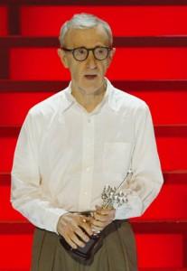 Woody Allen con el galardón de San Sebastián.