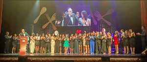 El equipo de 'La Tarde' recogió en Vitoria el premio que le otorgó el Festival de Televisión. / Un momento del programa. / Foto: Facebook 'La Tarde aquí y ahora'.
