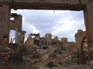 En Belchite se observan las casas destruidas por la Guerra.