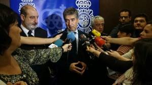 Ignacio cosidó atendiendo a los medios de comunicación.
