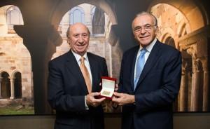 Isidoro Fainé recibiendo la medalla