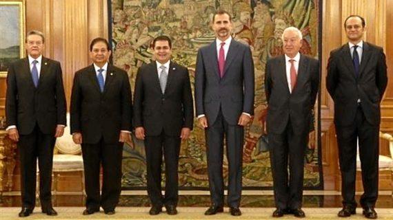Felipe VI abre los almuerzos en el Palacio Real a ONG, jóvenes promesas y profesionales de prestigio