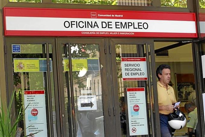 El número de ocupados aumenta en 115.000 personas en el tercer trimestre y el paro baja al 21,7%