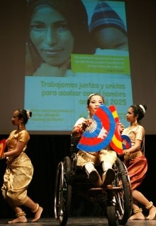 Un ballet de niños camboyanos víctimas de minas antipersona actúa en Valencia