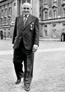 Juan Pujol tras su homenaje en Inglaterra en 1984.