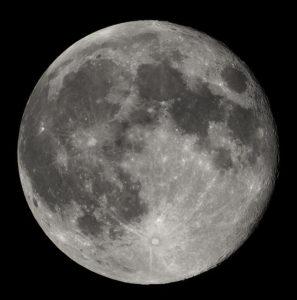 La luna es el único satélite de la tierra.