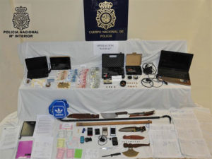 Material incautado por la policía.