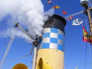 Tocando el pito de vapor.