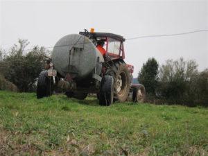 Un agricultor prepara el terreno con su tractor