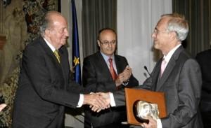 Don Juan Carlos hace entrega del Premio de Economía Rey Juan Carlos a Agustín Maravall. / Foto: Casa Real / Borja Fotógrafos.