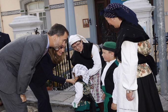 Los Reyes fueron recibidos a su llegada a Boal por unos vecinos ataviados con sus trajes regionales. / Foto: Casa Real / Borja Fotógrafos.