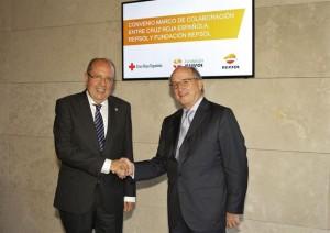 Los representantes de ambas entidades sellan el acuerdo. / Foto: Repol / Cruz Roja