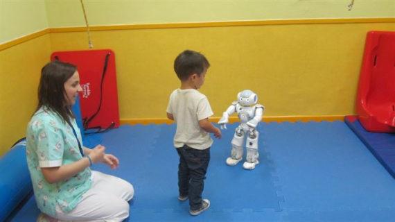 Hospital de Manises inicia el primer estudio piloto de España sobre terapias asistidas con robots humanoides