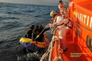 Salvamento Marítimo auxiliando a varias personas.