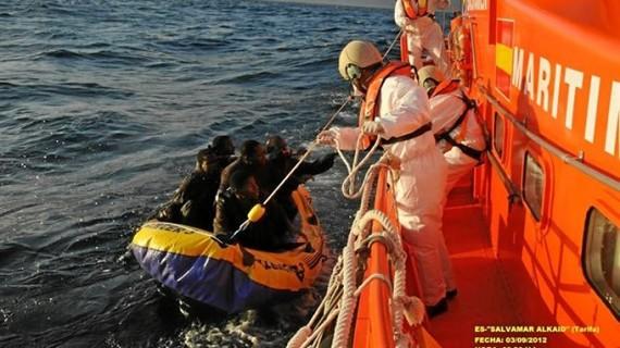 Salvan a diez personas en una embarcación a 60 millas de Nerja