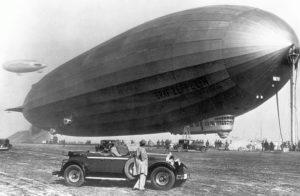 Graf Zeppelin junto a un automóvil Packard 1929. / http://www.mission4today.com