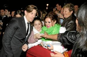 Fotografiándose con sus fans en el Festival de Cine Iberoamericano de Huelva. / Foto: www.festicinehuelva.com