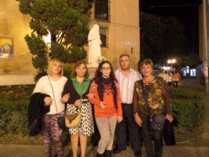 La familia Rodríguez Casado frente a la estatua dedicada a Santa Ángela de la Cruz, en Sevilla.
