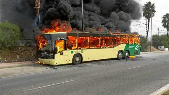 Salen indemnes los 58 pasajeros de un autobús que ha ardido en Cádiz