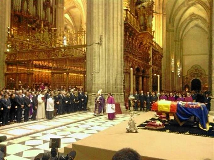 Sevilla arropa a la familia de la Duquesa de Alba durante una multitudinaria misa en la catedral