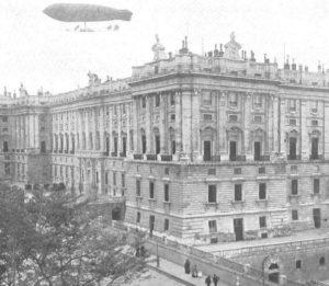Dirigible España sobre el Palacio de Oriente (Madrid). /  http://lacorrientedelgolfo.wordpress.com