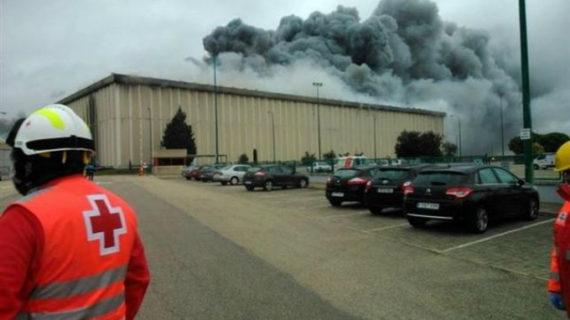 El incendio en la fábrica de Campofrío de Burgos sigue activo pero está controlado