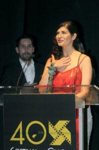 Godino entregó en la gala de apertura a Soledad Villamil el Premio 'Ciudad de Huelva'.
