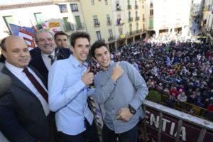 Los hermanos Márquez saludan desde el balcón del Consistorio. / Foto: Ayuntamiento de Cervera.